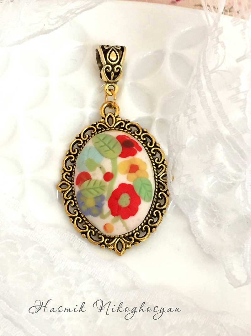 Pendant with delicate flowers